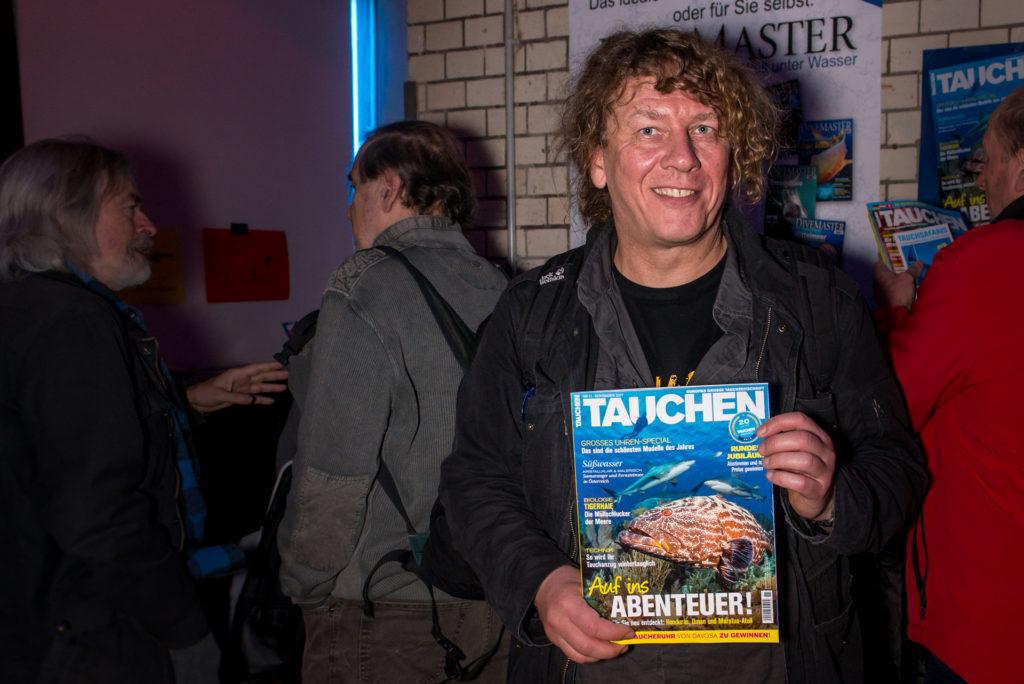 """Der Organisator Stefan Fürstenau mit Zeitschrift """"Tauchen"""""""