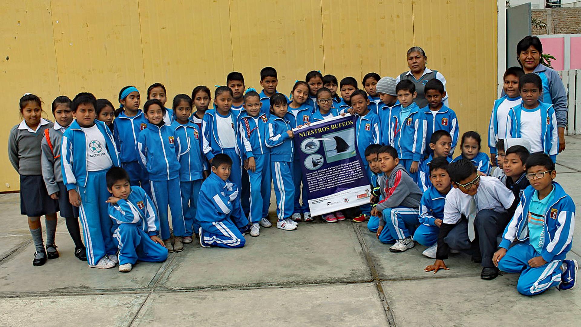 Die Lehrer und Schüler der 185 Schule von San Andrés (Pisco) sind enthusiastische Delfinfans.