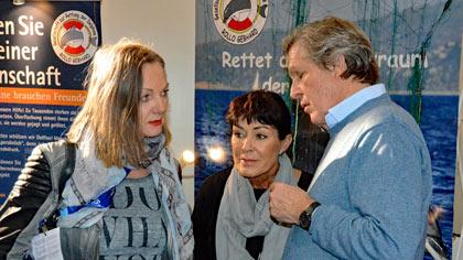 Angelika Gebhard mit Sigmar Solbach und seiner Frau Claudia.