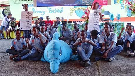 Kinder haben lebensgroßen Delfin genäht.