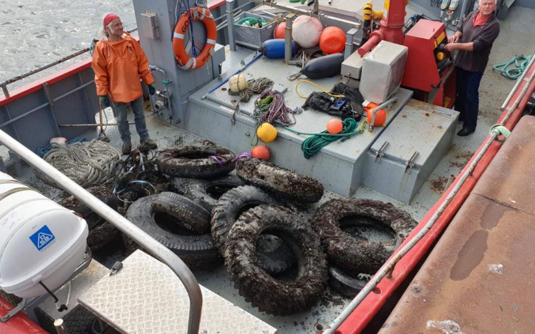 Rügen: Geisternetz und 13 Autoreifen aus der Ostsee geborgen