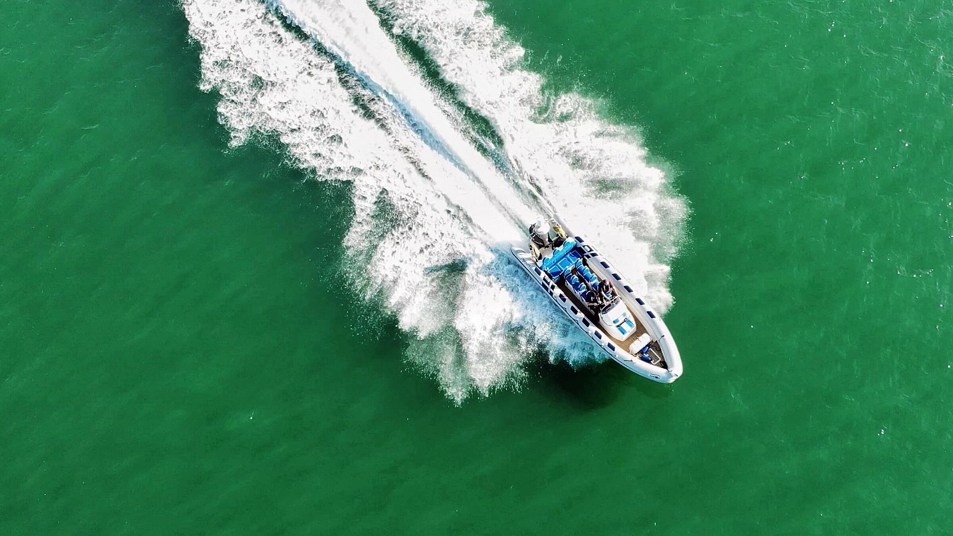 Seit Jahren schießen an der deutschen Ostseeküste touristische Speedboot-Angebote wie Pilze aus dem Boden.
